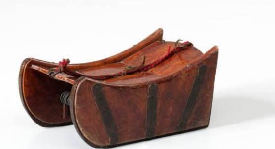 """Sogenannte """"Füdlitrucke"""" von 1800 - 1900, Schlitten aus Nussbaumholz, beschlagen. Hersteller Kessler. © Schweizerisches Nationalmuseum"""