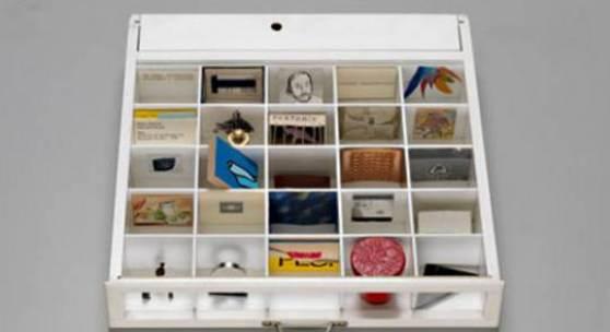 Bildlegende: Herbert Distel, Das Schubladenmuseum, 1970-1977 Ansicht einer von 20 Schubladen mit je 25 Fächern
