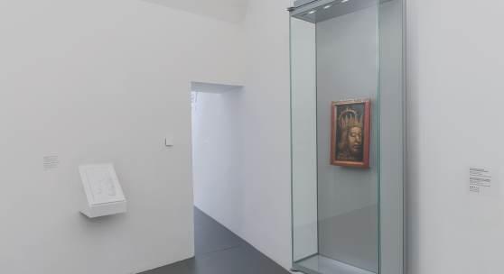 Das taktile Relief und das Porträt Rudolf IV, in der Schatzkammer. Foto: Lena Deinhardstein