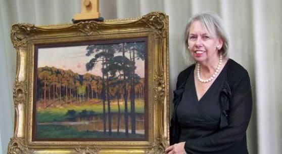Direktorin des Bröhan-Museums, Dr. Ingeborg Becker, mit einem der geerbten Leistikow-Gemälde zeigt (Foto: Ronald Gerhardt)
