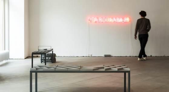 Einblick in die Ausstellung Multiple Singularities, Anastasiya Yarovenko, for humans by humans, 2016/2019, Jelena Micić, ВАВООЉАВЉВ, 2020, Foto: Lisa Rastl