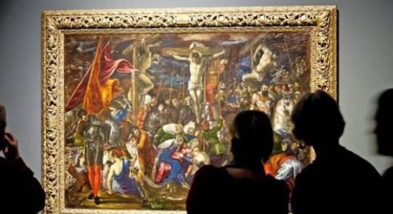 Besucher stehen vor El Grecos 'Kreuzigung' (um 1573-1576, Stiftung und Sammlung Weinberg)