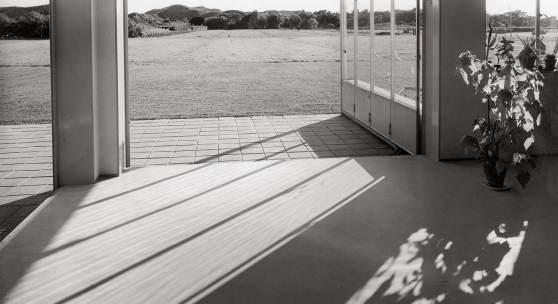 Eva Besnyö, Sommerhaus in Groet, Nordholland, 1934, Silbergelatine © Eva Besnyö / MAI