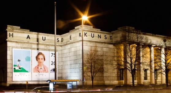 Im Westflügel, also links vom Haupteingang des Haus der Kunst in der Prinzregentenstraße 1, finden Kunstliebhaber vom 12. bis 20. Oktober jede Menge Schätze, die es zu entdecken gilt.  Fassade Haus der Kunst, 2012, Foto: Marino Solokhov
