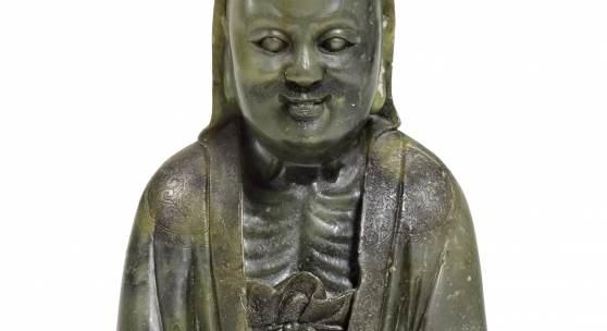 Figur des Bodhidharma China | Qing-Dynastie, vermutlich Qianlong-Zeit (1735-96) Dunkelgrünes Geröllgestein | Höhe 12,5cm Schätzpreis: 80.000 – 100.000 Euro