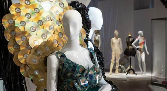 Ein Kleid kann auch aus bedrucktem Papier und goldenen CDs bestehen, wie dieses Modekunstwerk des Designers Stephan Hann im Textilwerk Bocholt zeigt. Foto: Sven Betz