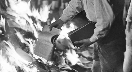 Franz Krieger Bücherverbrennung am Residenzplatz, Salzburg, 30. April 1938 Schwarz-weiß Fotografie © Archiv der Stadt Salzburg, Fotoarchiv Franz Krieger, Film 124,4