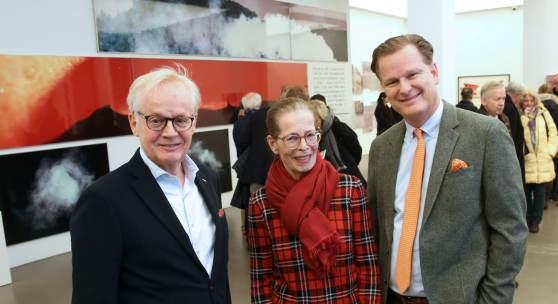 B.U.: DIE FAMILIENUNTERNEHMER in der Galerie Hans Mayer: Dr. Georg Rotthege (links) und Marco van der Meer (rechts)Amit der Gattin des Galeristen. Fotograf: Detlef Ilgner