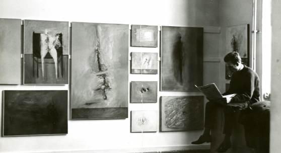 Gerhard Richter, Atelierwand mit Werken von Gerhard Richter während des Semesterrundgangs, Februar 1962 rechts sitzend: Manfred Kuttner  © Gerhard Richter 2020 (10042020), Foto: Gerhard Richter