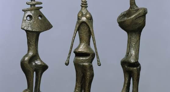 HENRY MOORE (1898–1986) Drei stehende Figuren, 1953 Bronze, 73 x 67 x 28,5 cm © Henry Moore Foundation. All Rights Reserved / VG Bild-Kunst, Bonn 2021 Foto: Elke Walford