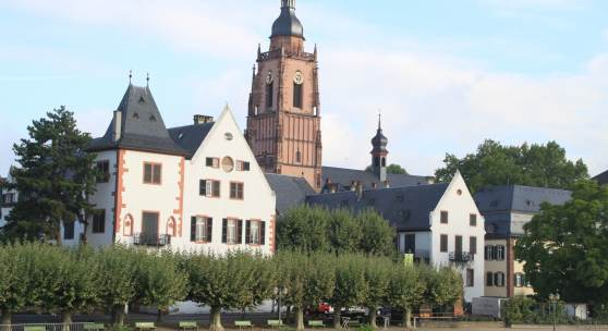 Eltzer Hof in Eltville mit Rheinpromenade © Rainer Winkler