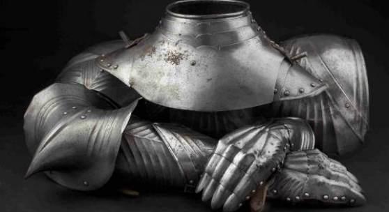 Rare und bestens erhaltene Rüstungsteile: Ein paar gotische Armzeuge, ein spätgotischer Harnischkragen und ein Paar gotische Hentzen. Copyright Hermann Historica oHG 2012