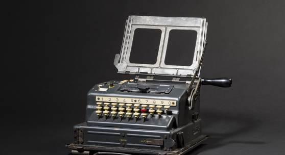 """ENIGMA Seriennummer 000352, Herstellerkennung """"cxo"""" (Wandererwerke), Baujahr 1944. Typenschild mit Bezeichnung """"Schl. Ger. 41 / 000352 cxo 44""""."""