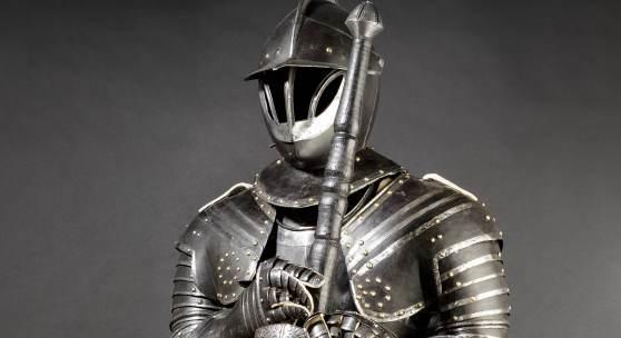 Lebensgroße Pendant hierzu ist ein schwarz-wei- ßer Kürassier-Harnisch aus Frankreich, gefertigt um 1620. Ausrufpreis: 30.000 Euro