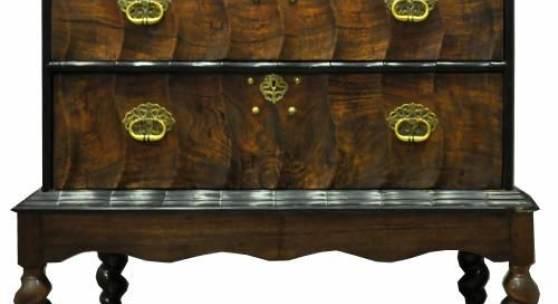HOCHKOMMODE auf vier Schlangenbeinen mit geschwungenen Querleisten, 3-schübig... Mindestpreis:200 EUR