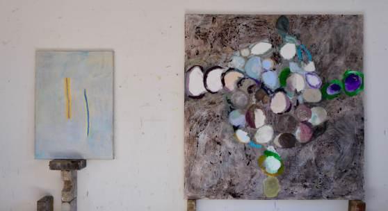 Verena Crow 2 lines (Streifen gelb-blau), 2017, Öl auf Leinwand, 85 x 60 cm & I am nuts XIII, 2020, Nusssaft und Öl auf Leinwand, 140 x 135 cm © Verena Crow