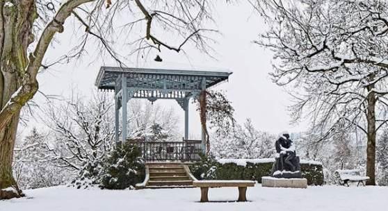 Abbildung: Der Park der Fondation Beyeler mit der Skulptur Der Kuss, 1889–1898, von Auguste Rodin, Sammlung Fondation Pierre Gianadda, Martigny; Foto: Mark Niedermann