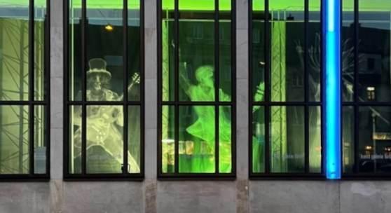Abb.: Nick Veasey: Slash, Elvis, Bob Marley, Röntgenfotografie / kunst galerie fürth Albert Leo Peil, Herr Mode-Meister Stamm (?) Junior zu Nürnberg am Hauptmarkt, 1994, Tusche auf Papier, 31,7 x 24 cm (Detail)