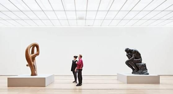 Abbildung: Installationsansicht «Rodin / Arp» in der Fondation Beyeler, Riehen/Basel, 2021; Hans Arp, Ptolemäus III, 1961, Kunstmuseum Basel; Auguste Rodin, Der Denker, 1903, Kunsthalle Bielefeld; © 2021, ProLitteris, Zürich; Foto: Mark Niedermann
