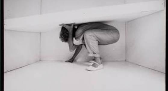 """Trotz dem, Nr. 2 der 7-teiligen Fotosequenz, aus: """"The White Cell Project"""", 1983, Schwarzweißfoto, 40,5 x 50,7 cm"""