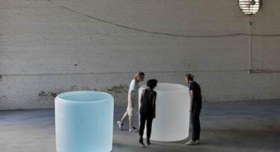Roni Horn, Water Double, v.1, 2013–2015, Massiv gegossenes Glas im Gusszustand, mit Rundfenster, je 131,3 cm (Höhe), 134,6–142,2 cm (konischer Durchmesser), Courtesy die Künstlerin und Hauser & Wirth, Foto: Genevieve Hanson