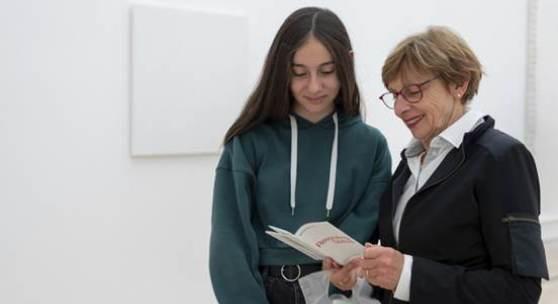 """Abbildung: Besucherinnen der Ausstellung """"Resonating Spaces"""", Fondation Beyeler Riehen/Basel, 2019; Foto: Mathias Mangold"""
