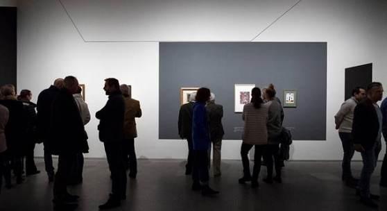 """Besucherinnen und Besucher in der Ausstellung """"Paul Klee. Konstruktion des Geheimnisses"""" © Bayerische Staatsgemäldesammlungen, Foto: Haydar Koyupinar"""