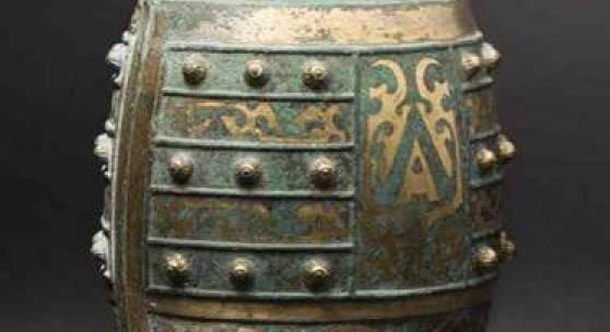Bronzeglocke (Zhong) mit  ornamentaler Vergoldung,  China, Qin-Dynastie. SP: 7800 Euro