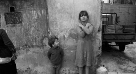 Letizia Battaglia  Palermo/Sizilien *1935  LEI POSA PER ME, CORTILE DI SAN PIETRO, PALERMO. 1987. Silbergelatineabzug. 50,0 x 60,0 cm. Photographie rückseitig signiert u. datiert.  Literatur: 'Letizia Battaglia. Siciliana', Milano 2006, Abb. S. 68/69. (c) altenburg.auktionshaus.de