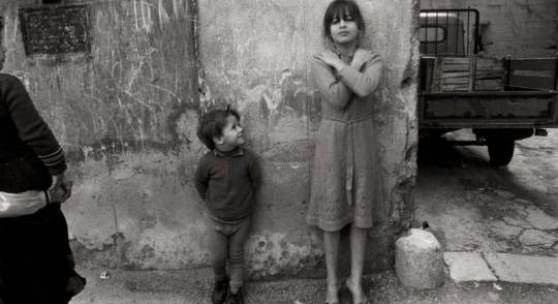 Letizia Battaglia Palermo/Sizilien *1935 LEI POSA PER ME, CORTILE DI SAN PIETRO, PALERMO. 1987, SCHÄTZPREIS 3700,00 EUR