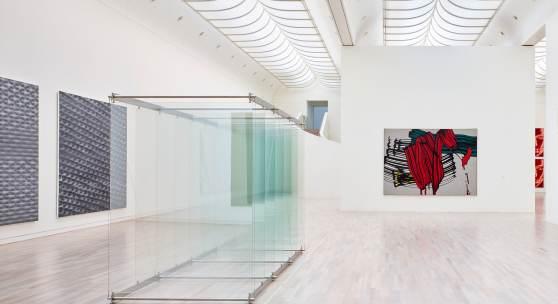 Installationsansicht, Roy Lichtenstein, Big Painting, 1966, Gerhard Richter Silikat (885-3), Silikat (885-4), 2003 und 7 Stehende Scheiben, 2002, Foto: Achim Kukulies