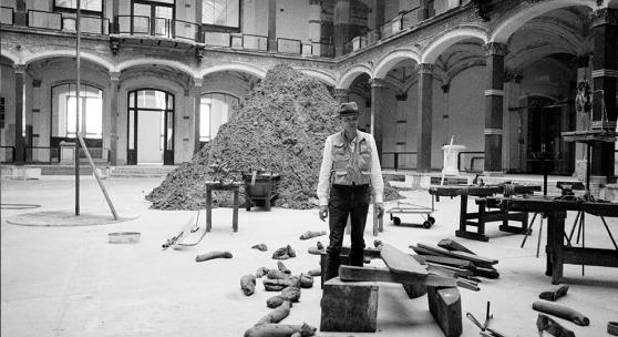 "Jochen Littkemann, Joseph Beuys in der Ausstellung ""Zeitgeist"", Martin-Gropius-Bau, 1982 © Jochen Littkemann"