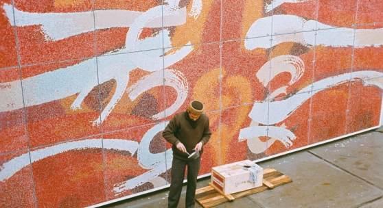 Johann Fruhmann bei der Arbeit an seinem Glasmosaik (300 x 800 cm) des Österreich-Pavillons für die Weltausstellung in New York, 1964