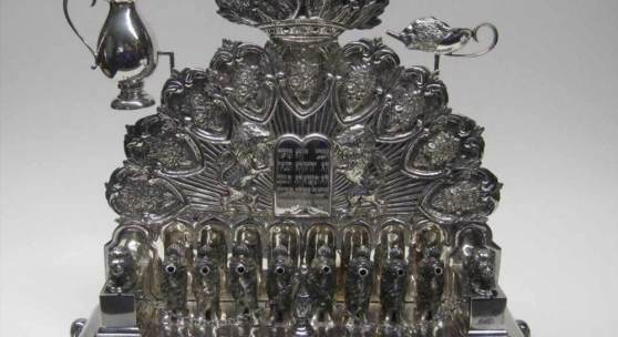 Judaica, Chanukka Öllampe, 1. Hälfte 20. Jahrhundert, 835er Silber, gepunzt, 1710 g, 34 x 36 x 15 cm. Aufrufpreis:1.600 EUR