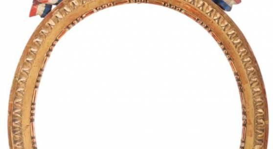Lot 40 Seltener ovaler Rahmen mit Trikolore, Frankreich um 1800, geschnitzt und vergoldet, Astragal als Sichtleiste, schmale Platte, Blattspitzenfries, Vierkant als Abschluss, als Bekrönung geschnitzte Trikolorschleife mit Knauf. Schätzpreis: 800€