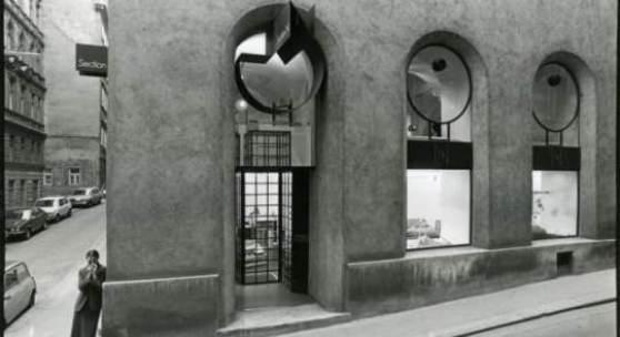 """Katarina Noever vor dem Geschäftslokal """"Section N"""" (1971-1987), 1010 Wien, gestaltet von Hans Hollein Foto: Eduard Hueber © Eduard Hueber"""