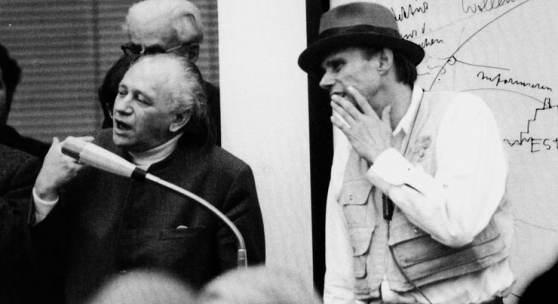 """Ausstellung """"Kunst = Mensch"""": Joseph Beuys und Paul Wember während des Vortrags """"Kunst = Mensch"""", Kaiser Wilhelm Museum Krefeld, 15. Dezember 1971, Foto: Theo Windges, Krefeld, © VG Bild-Kunst, Bonn 2020"""
