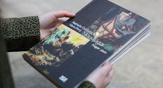 Das Buchcover und die Abbildungen in höherer Auflösung befinden sich im Anhang. Der Bildnachweis lautet: Kunstmuseum Ravensburg, Ausstellungskatalog MONDJÄGER, 2019, Foto: Wynrich Zlomke
