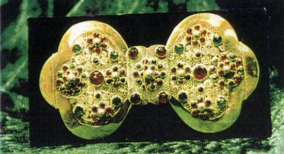 """<p>Die Gürtelschließe, der """"Lievhaken"""" zeigte die feine Goldschmiedekunst. Bis 1760 war der Schmuck schlicht, dann kam die Filigranarbeit hinzu, zwischen 1800 - 1840 das Besetzen mit Glassteinen. Bildmaterial: www.brinkum-in-fahrt.de</p>"""