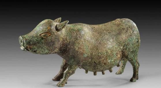 Sau. Italisch(?), 5. - 2. Jh. v. Chr. L 35cm H 19,5cm. Bronzehohlguss. Stehendes, weibliches Schwein mit etwas vorgerecktem Kopf und prägnanten Zitzen. Aufrufpreis:52.000 EUR Schätzpreis:65.000 EUR
