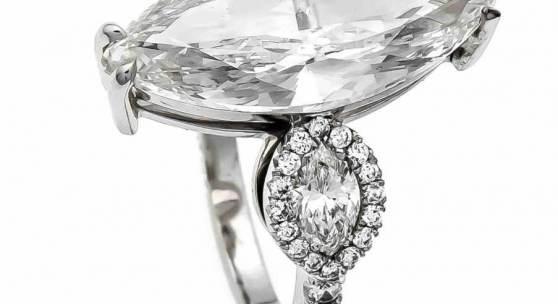 Brillant-Ring WG 750/000 mit einem Diamanten im Navetteschliff 5,02 ct hochfeines Weiß (E) / Lupenrein (IF), 19,75 x 8,56 x 4,37 mm, Politur sehr gut und Symmetrie sehr gut, zwei Diamanten im Navetteschliff, zus. 0,46 ct hochfeines Weiß (E) / VVS-VS und 50 Brillanten, zus. 0,42 ct hochfeines Weiß / VVS-VS, mit IGL-Wertexpertise über _ 392.070,-  Mindestpreis:55.000 EUR