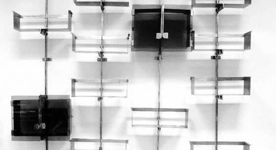 Vittorio Introini 1935 Libreria Proposals P 700 Stahl, verchromt, Glas: 4 Wandhalterungen, 10 Regalelemente, 2 Vitrinen, 1970; H 232 cm  Schätzpreis:22.000 - 24.000 EUR