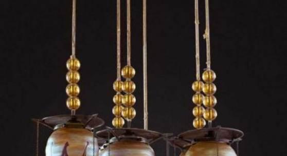 Deckenlampe Koloman Moser  Entwurf für Bakalowits & Söhne 1900/1901, runde Messingmontierung mit Auslass für sechs tropfenförmige Lampenschirme, Ausführung Loetz Wwe., Mindestpreis:4.200 EUR