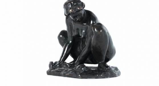"""Aristide Maillol 1861 Banyuls-sur-Mer - 1944 Perpignan Femme au crabe, 1904 Bronze, Guss um 1924 mit braunschwarzer Patina; H 17 cm; mit dem Monogramm und Gießereistempel """"H. NOACK BERLIN""""  Schätzpreis:40.000 - 60.000 EUR"""