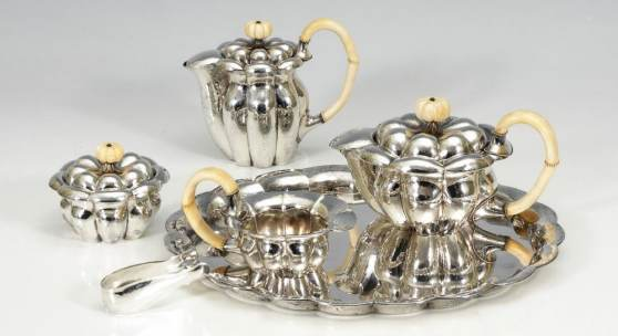 6-teiliges Kernstück, JOSEF HOFFMANN - WIENER WERKSTÄTTE. A Viennese Silver 6-Piece Coffee- and Tea-Set by Wiener Werkstätte, designed by Josef Hoffmann. 1922 or later, minimal cracks from drying in the ivory, one small dent on the bottom of the coffee pot.Zuschlagspreis:	39.000 EUR