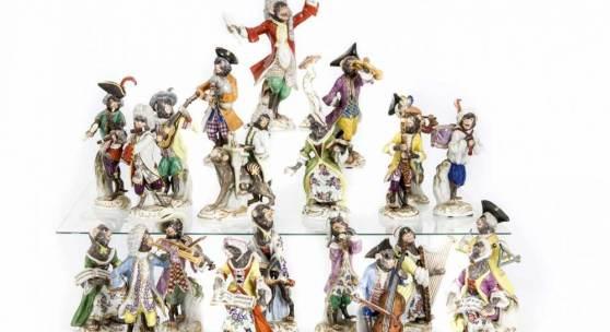 Komplette Affenkapelle, 22-tlg., 21 Affen und 1 Notenpult, Meissen, Marke nach 1934, 1. W., Entwurf Johann Joachim Kaendler im Jahr 1753, im Jahr 1765 überarbeitet mit Peter Reinicke, Humoristische Darstellung der höfischen Kapelle als Affenfiguren, Musikdirektor, Modellnr. 6001, H. 18 cm, Bassgeiger, Modellnr. 2, H. 12,5 cm, Paukenträger, Modellnr. 60003, H. 14,5 cm, Klarinettist, Modellnr. 6004, H. 13 cm, Trompeter... Mindestpreis:15.000 EUR