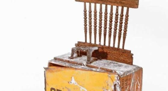"""Robert Rauschenberg 1925 Port Arthur - 2008 Captiva Island Crown Level (Kabal American Zephyr) Material-Assemblage: Holz, Metall, 1982; H 77 cm, B 48 cm, T 24 cm; beiliegend gravierte Kupferplakette """"Crown Level K.A.Z. 82 Rauschenberg""""; Provenienz: 1982 vom jetzigen Besitzer erworben in der Flow Ace Gallery, 185 Windward Avenue, Venice, CA. Schätzpreis:120.000 - 140.000 EUR"""