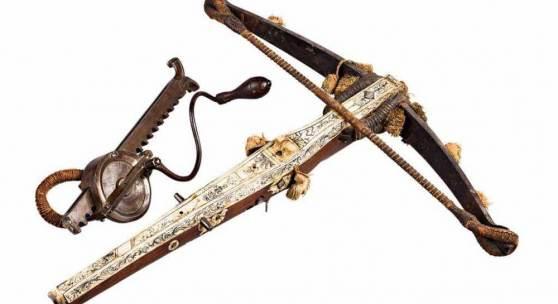 Jagdarmbrust mit schwerem Stahlbogen, originalem Wollaufputz und originaler Sehne. Ausrufpreis:8000 Euro