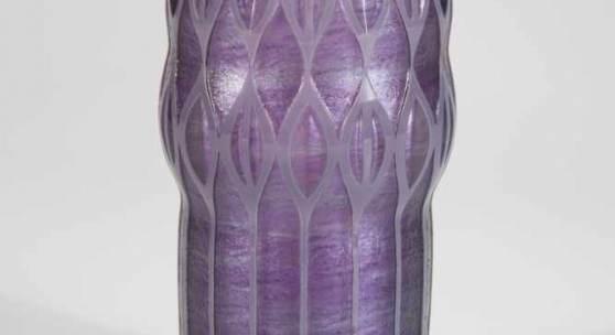 """Bedeutende und seltene Vase """"Penséé Melusin mit Opalviolett"""" Adolf Beckert (Entwurf), Loetz Wwe., Klostermühle, 1909/10, Schätzpreis:9.000 - 12.000 EUR"""