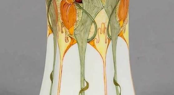 Jugendstil Vase, Rozenburg, den Haag, um 1900-10, hexagonal-konkave Form, Eierschalenporzellan, feine Malerei mit Blütenzweigen in Orange und Grün, Malersignatur Samuel Schelling, H. 12 cm. Mindestpreis:1.200 EUR